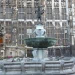 600px-Marktbrunnen_met_het_beeld_van_Karel_de_Grote_op_de_hoogste_top